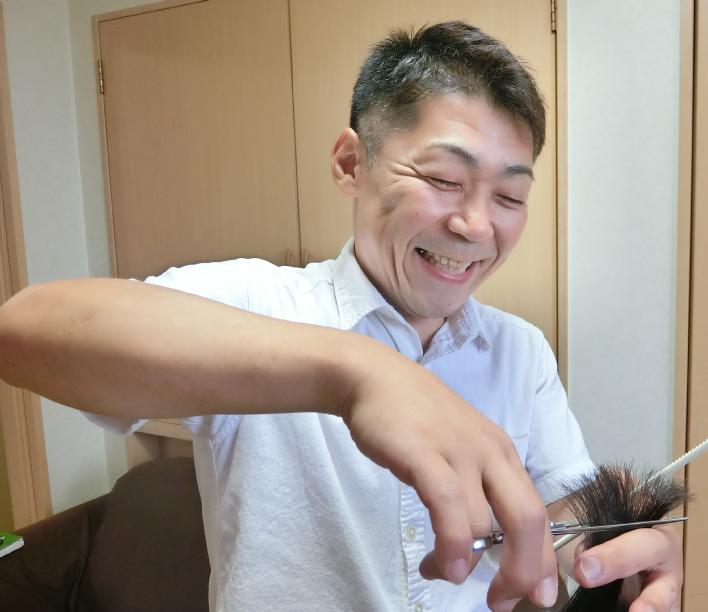 髪をきっている様子